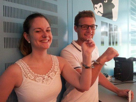 Sabina und Tim in Handschellen
