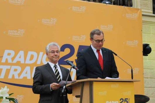 Heinrich Aumer (li.) und Willi Schreiner von der Geschäftsleitung begüßten die Festgäste.