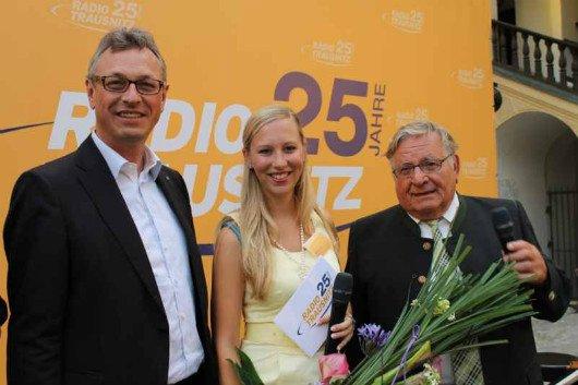Die jüngste Mitarbeiterin von Radio Trausnitz, Volontärin Marina Broden stellte das Wissen der Ehrengäste über Radio Trausnitz in einem Quiz auf die Probe. Links BLM-Präsident Siegfried Schneider (li.), rechts  Manfred Hölzlein, Präsident des Bezirkstags von Niederbayern