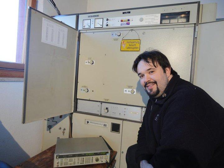 Christian Milling vor dem Radio 700-Millelwellensender