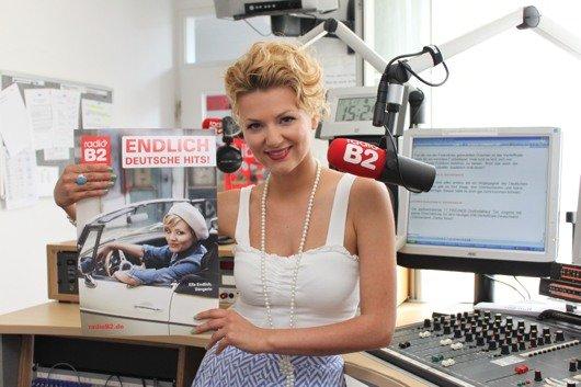 Schlagersängein Ella Endlich im radioB2-Studio