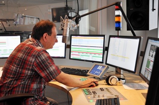 Gedeon Degen im Sendestudio (Bild: Radio 91.2)