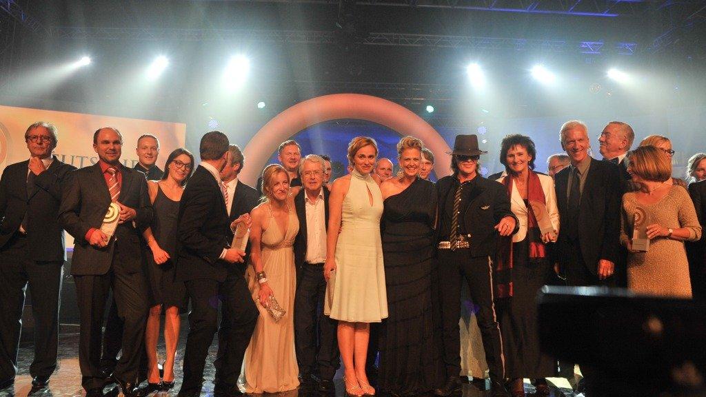 Finales Gruppenfoto auf der Bühne beim Deutschen Radiopreis 2012 (Bild: NDR/Sebastian Gerhard)