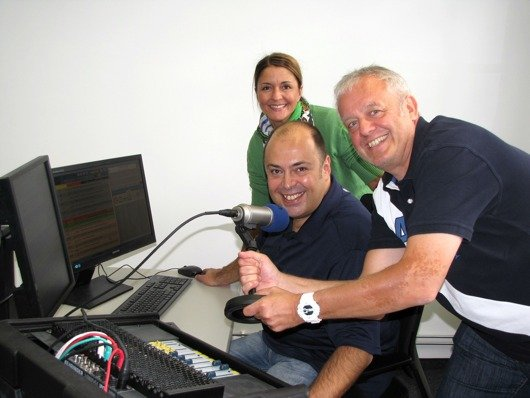 Tatjana Engelhardt, Umut Dirik und Gerald Kappler (von links nach rechts) vom Neuen Charivari 98.6 freuen sich, dass die Umschaltung in das neue provisorische Ministudio in der Ulmenstraße geklappt hat.