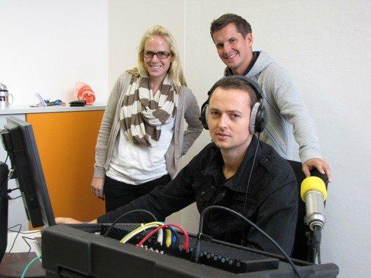 Flo und Lola von der gleichnamigen Morgenshow bei Hit Radio N1 besuchen N1-Nachmittagsmoderator Benni Kostal (vorne) im provisorischen Ministudio in der Ulmenstraße.
