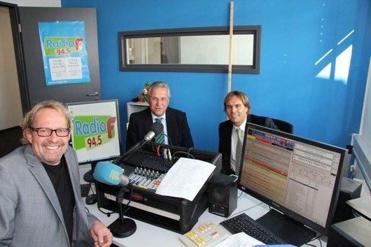 Als ersten Gast im provisorischen Ministudio in der Ulmenstraße begrüßten Radio F-Chef Michi Lein (vorne) und Funkhaus-Geschäftsführer Alexander Koller den bayerischen Innenminister Joachim Herrmann.