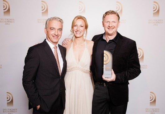 Laudator Christoph M. Ohrt mit Preisträger Ilka Petersen und Holger Ponik (NDR 2) (Bild: NDR)