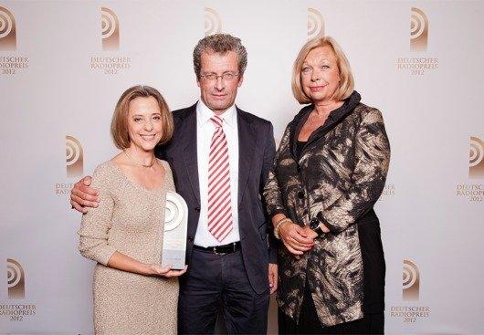 Laudator Thomas Osterkorn mit Preisträger Gisela Steinhauer und Gabriele Hufnagel-Mertens (WDR2) (Bild: NDR)