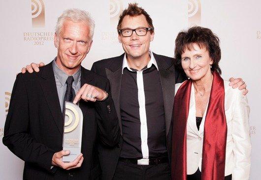 Laudator Christoph Sieber mit Preisträger Dr. Monika Künzel und Tom Noga (Deutschlandradio Kultur) (Bild: NDR)