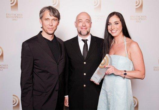 Laudator Der Graf mit Preisträger Bettina Zacher und Stephan Heller (Klassik Radio) (Bild: NDR)