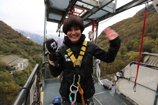 FM1 Wachmacher-Sidekick Rosie wagt den James Bond-Bungee-Jump