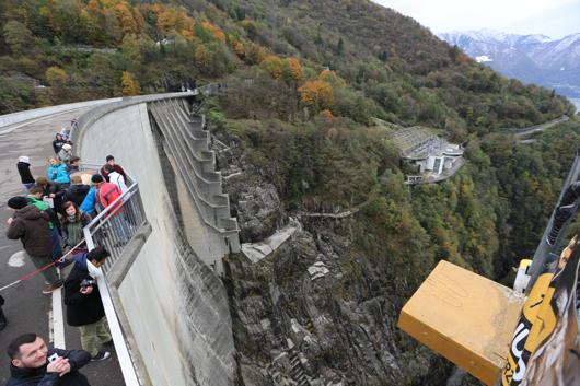 An diesem Staudamm geht es hinab in die Tiefe