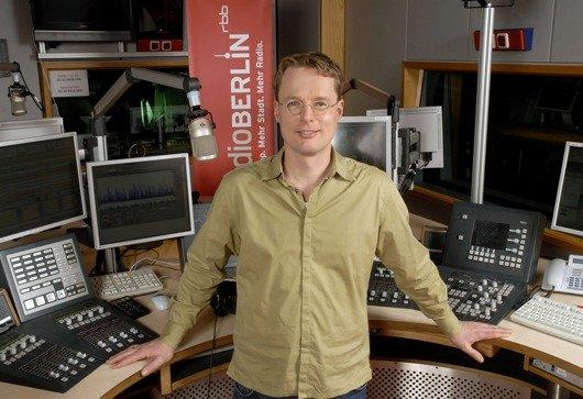 Alexander Schurig moderiert ab 2013 zusammen mit Diana Holtorff die Morgensendung auf radioBerlin 88,8. (Bild: rbb/Thomas Ernst)