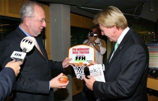 Guter Draht zu Hessens Politikern: An seinem ersten Arbeitstag als Ministerpräsident von Hessen besuchte Volker Bouffier 2010 die Studios von Hitradio FFH. Geschäftsführer Hans-Dieter Hillmoth darf ihn bald wieder auf seiner Geburtstagsfeier begrüßen. (© Hitradio FFH)