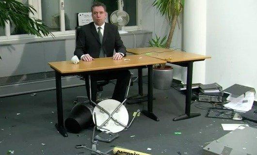 Martin Liss in seinem demolierten Büro (Bild: ENERGY-Promo-Video bei YouTube)
