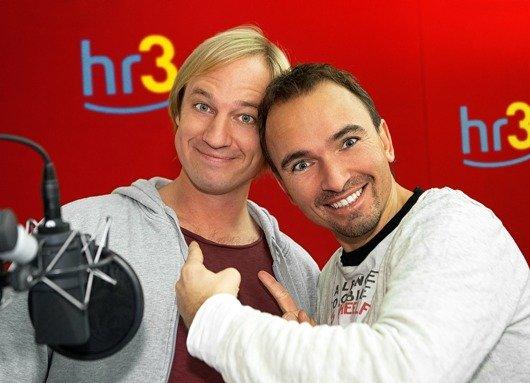 """Mischen den Morgen auf: Die """"hr3-Pop&Weck³-Moderatoren Tobias Kämmerer (links) und Mirko Förster (Bild: hr/Benjamin Knabe)"""