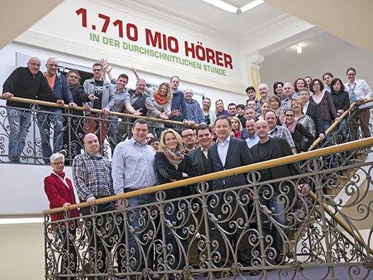 Die  radio NRW-Mitarbeiter feiern das heutige ma-Ergebnis (Bild: radio NRW)