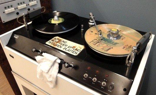 Vinyl-Waschmaschine, die früher im Radiostudio Zürich verwendet wurde (Bild: SRF)