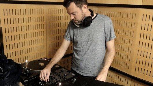 DJ Pesa ist eifriger Vinylsammler und hat eine eigene Radiosendung bei SRF Virus (Bild: SRF)