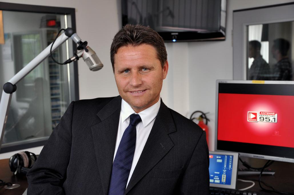The Radio Group-Geschäftsführer Stephan Schwenk im Studio (Bild: The Radio Group)