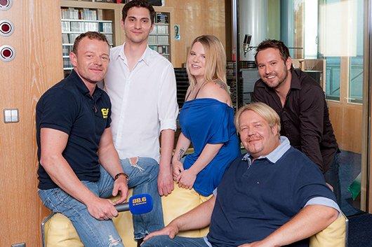 Wolfgang Walluch mit seinem Team (Foto: Manfred Burger/88.6 Der Musiksender)