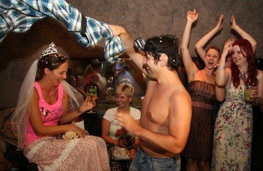 Bild 4 - Schmidt heizt der Runde um Braut Bianca  kräftig ein
