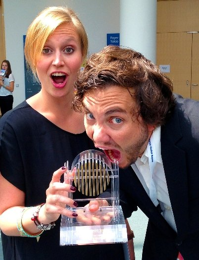 Die Preisträger: die verantwortliche Redakteurin Steffi Fischer und Moderator Malte Seidel