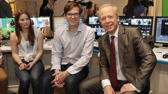 WDR-Intendant Tom Buhrow und Moderator Ralph Caspers (Mitte) im Fernsehstudio der Medienwerkstatt (Foto © WDR/Langer)