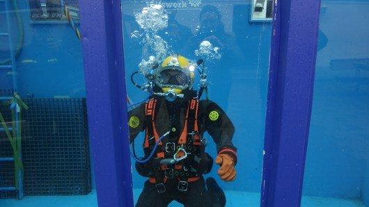 Tobias Gebhard übt den Ernstfall: den Unterwasser-Moderations-Weltrekord (Bild: Antenne Kaiserslautern)