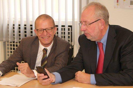 Stefan Majer, Verkehrsdezernent der Stadt Frankfurt am Main (links) und FFH-Geschäftsführer und Programmdirektor Hans-Dieter Hillmoth.