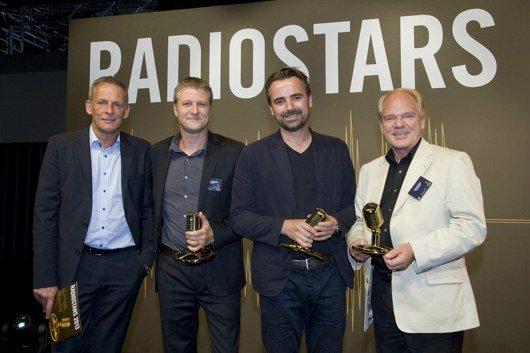 Foto Verleihung RADIOSTARS, v.l.n.r.: Laudator T. Engels/NDR2 und Jurymit- glied, T. Hennings/Studio Funk, Ralf Heuel/Grabarz & Partner, L. Kuckuck/Radiozentrale