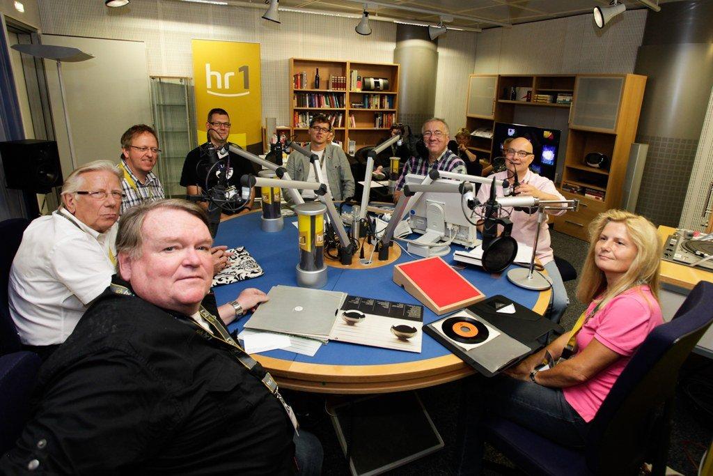 Werner Reinke, Thomas Koschwitz und Studiorunde mit Hörern. (Bild: hr/Jens Naumann)