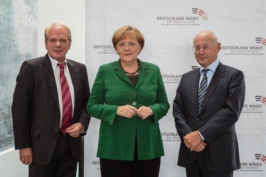 Initiator Lutz Kuckuck, Radiozentrale, Angela Merkel, CDU, und Stefan Aust im Gespräch (v.l.n.r.). (© Bundesregierung/Kugler)