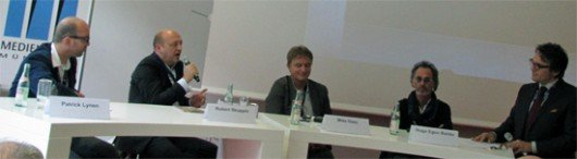Patrick Lynen, Robert Skuppin, Mike Haas und Hugo Egon Balder diskutieren mit Thomas Aigner (v.l.n.r.)  über Promis im Radio (Foto: Björn Czieslik)