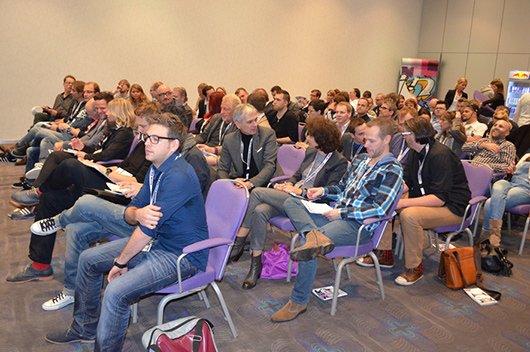 Gefüllter Hörsaal beim Broadcast Symposium Berlin 2013)