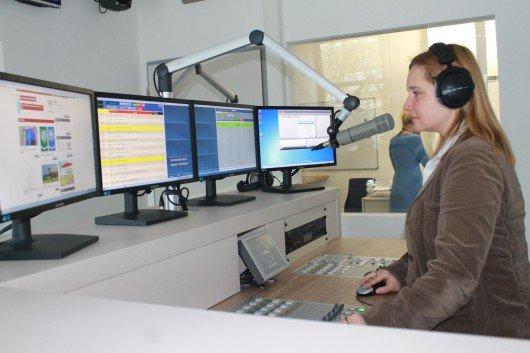 Moderatorin Vera Göhring im Studio von Radio Galaxy