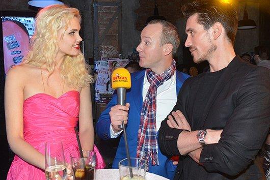 """Hans Blomberg interviewt Gäste im """"Mauerwerk"""" (Bild: RTL/Rolf Baumgartner)"""