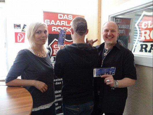 CLASSIC ROCK RADIO Moderatorin Natascha Fuchs und die Gewinner Matze und Peter