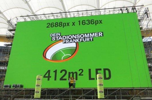 Stadionmanager Patrik Meyer (Commerzbank-Arena), Stadionmaskottchen Charly und HIT RADIO FFH-Pressesprecher Dominik Kuhn (Bild: FFH)