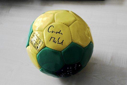 Handsignierter WM-Fußball von Angela Merkel (Bild: RPR1.)