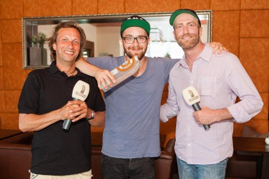 "Mark Forster (Mitte), Jan Kuhlmann (N JOY) (rechts) &Torsten ""Torte"" Dück (Antenne MV) (links). Foto: NDR"
