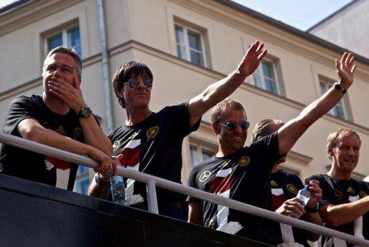 Das DFB-Team mit Jogi Löw auf dem Weg zur Fanmeile in Berlin.Foto: Markus Winkler
