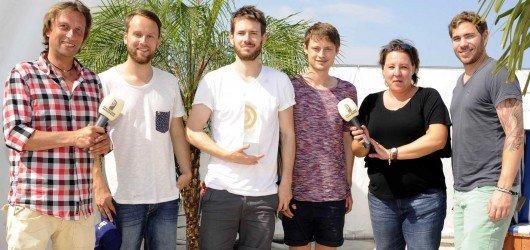 """Revolverheld mit Anouk Schollähn (NDR 2) (2. v.r.) und Torsten """"Torte"""" Dück (Antenne MV) (links). Foto: NDR"""