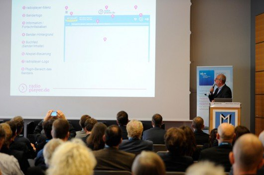 Hans-Dieter Hillmoth gibt erste Einblicke in das Layout des deutschen Radioplayers. (Foto: Medientage München)