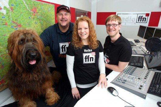Franky, Axel Einemann und Heike Klimmek mit ffn-Studiohund Bizkit. Foto: ffn
