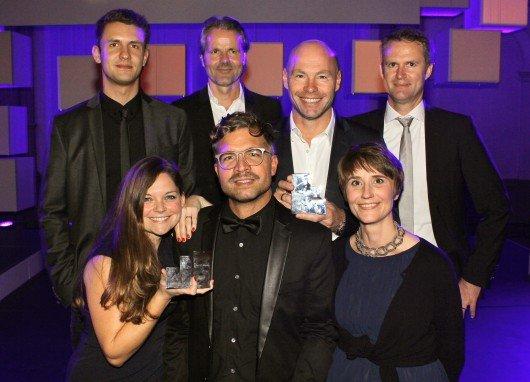 Der silberne Effie 2014 ging an YOU FM. Janosch Eink (LLR), Bent Rosinski (LLR), Christoph Hammerschmidt, Jan Vorderwülbecke (links oben nach rechts) sowie von links unten nach rechts Nora Löhlein (Marketingberaterin YOU FM), Achim Rietze (LLR), Anneka Kolster (Leiterin Marketing hr)