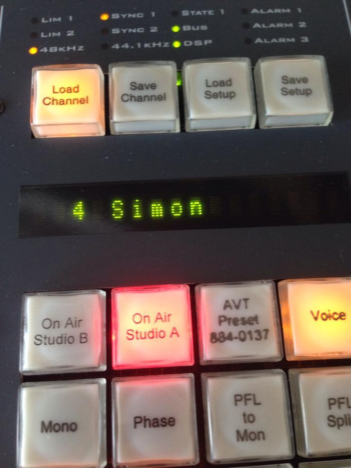 Simon am Mischpult von 104.6 RTL (Bild: Facebook)