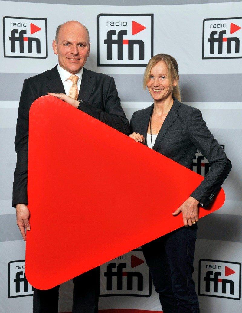 ffn-Geschäftsführer Harald Gehrung und Programmchefin Ina Tenz mit dem neuen Logo 2015