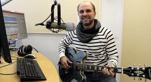 Jens Baumgart mit Gitarre im RPR1.-Studio