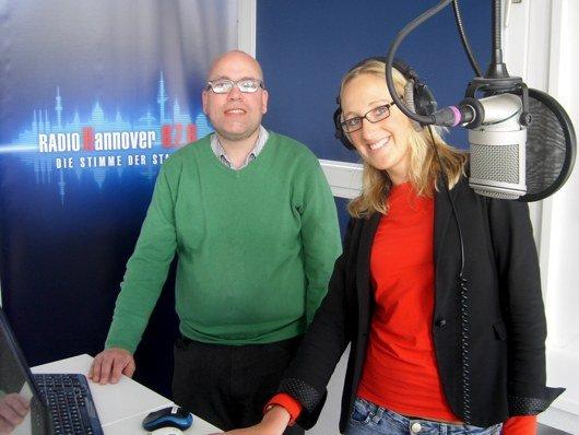 Moderatorin Laura Zacharias neben Hendrik Leuker im Radio Hannover Studio (Foto: Hendrik Leuker).